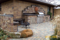 Out door kitchen with roll in grill faux rock2